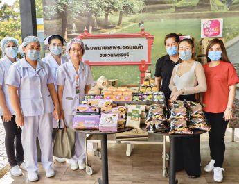 """""""แม่กิมลั้ง"""" ส่งอาหาร-ขนม ให้กำลังใจโรงพยาบาลในจังหวัดเพชรบุรี สู้ภัยโควิด"""